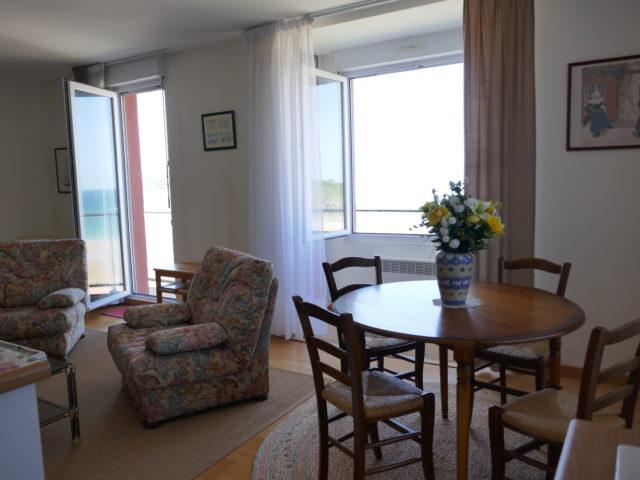 Appartement Villa Ar Vro Salon séjour vue plage e-bis-Immobilier